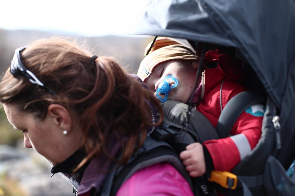 barn i ryggsäck