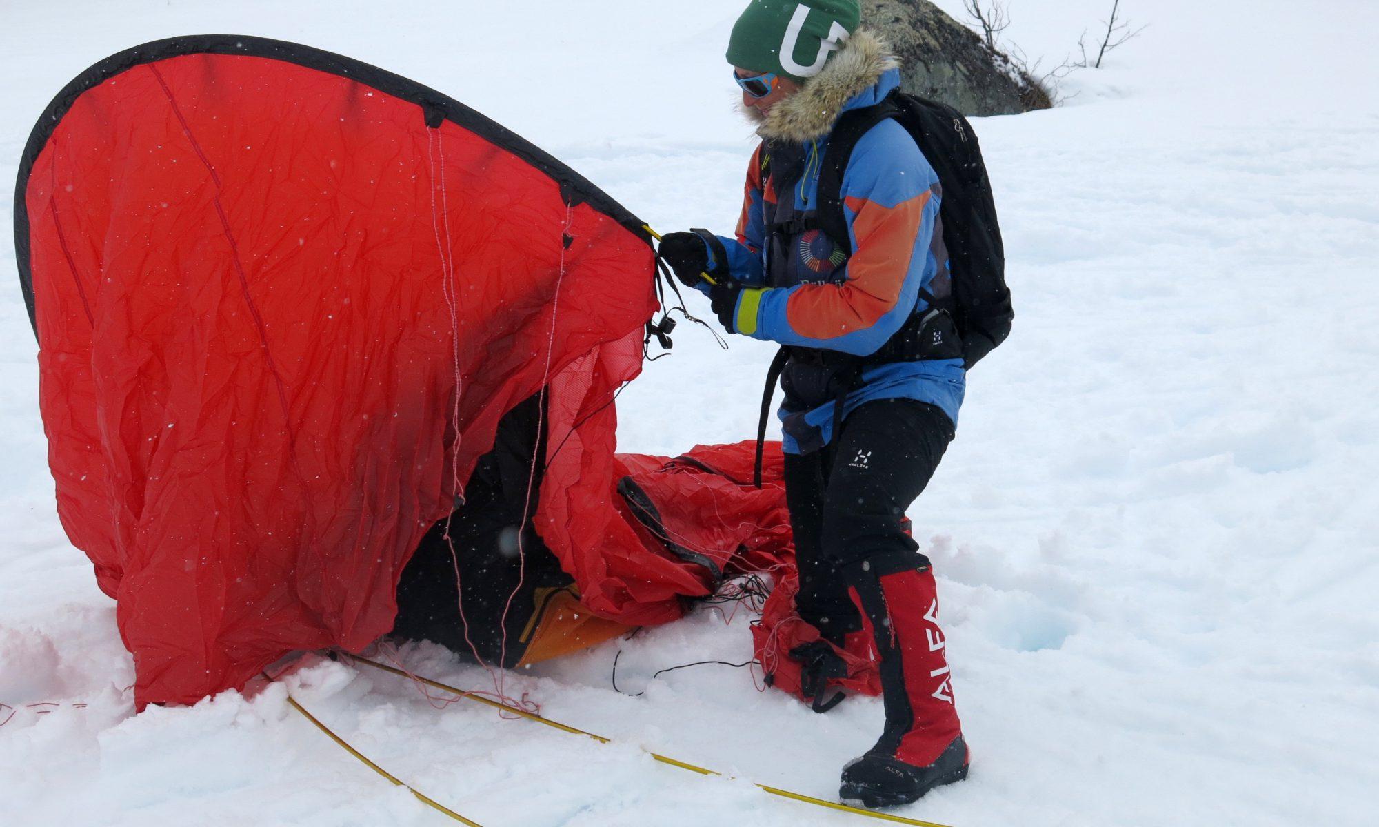 johanna sätter upp tält